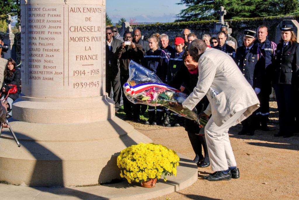 dépôt de gerbe par l'APAL au monument aux Morts au cimetière de Chasselay (Rhône)