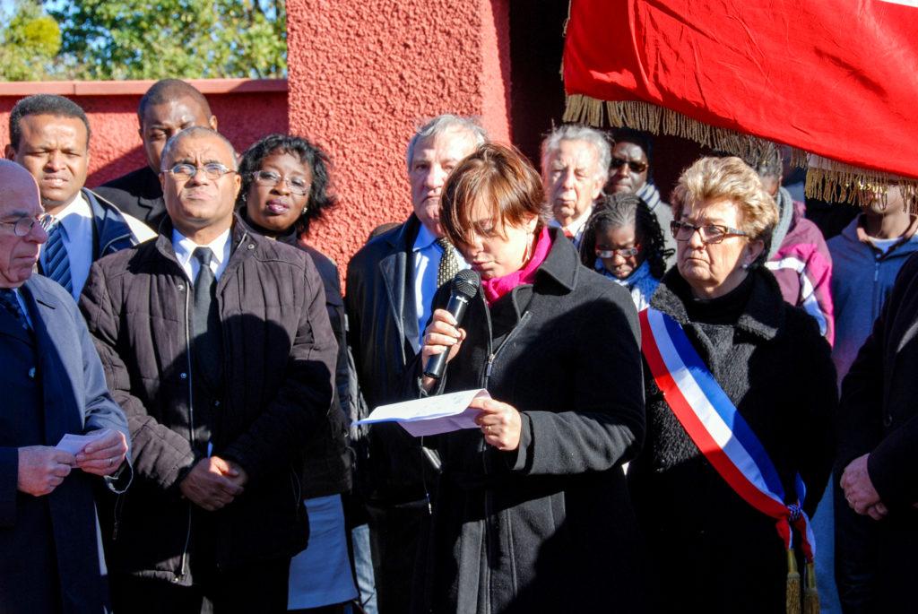 Véronique REVILLOD, vice-présidente de l'association des Amis de Présence Africaine Lyon (APAL) prononçant son discours